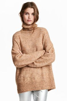 Wide-cut sweater in loose-knit, mohair-blend fabric. Rib-knit turtleneck, heavily dropped shoulders, and ribbing at cuffs and hem. Neutral Tops, Fall Capsule Wardrobe, Polo Neck, Beige Sweater, Urban Outfits, Stylish Dresses, Sweater Weather, Pulls, Kids Fashion