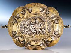 Durchmesser: 26,5 cm. Gewicht: 290 g. Neben einer der Handhaben punziert: Augsburger Beschau, Meistermarke H. Ch. Mehrer I. Augsburg, 17. Jahrhundert. Silber,...