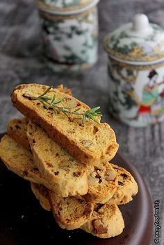 Try these Sun dried Tomato & Rosemary Cheese Biscotti with your favorite soup & wine. Savoury Biscuits, Savoury Baking, Bread Baking, Biscotti Cookies, Biscotti Recipe, Biscotti Flavors, Wafer Cookies, Muffins, Savory Snacks