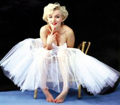 Bailarina Dulzura, naturalidad, elegancia convertidas en un mito. Marilyn Monroe cumpliría 88 años el 1 de junio, y aún hoy su estilo permanece como uno de los más femeninos y sexys. Con falda de tul, impresionante.