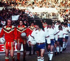 Wembley Terry Yorath leads out Wales team. Football Uniforms, Football Kits, Football Soccer, Welsh Football, English Football League, Terry Yorath, Football Equipment, England International