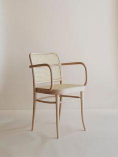 Michael Thonet startade år 1861 fabriken Ton. Här tillverkas tidlösa modeller på samma sätt som när tillverkningen startade för över 150 år sedan. Chair no 811 är tillverkad med böjträteknik i bok. Sitsen är i rotting.