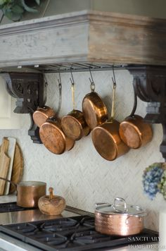 5 Minute Fall Decorating Tips - Sanctuary Home Decor Hanging copper pots behind range. Copper Kitchen Accents, Copper Kitchen Accessories, Copper Kitchen Decor, Copper Decor, Kitchen Lighting, Country Kitchen, New Kitchen, Kitchen Ideas, Parisian Kitchen