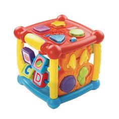 Ce cube d'éveil parlant et lumineux propose 6 zones d'activités pour de nombreuses découvertes : les formes, des animaux et des couleurs, des instruments de musique, les premières lettres et les chiffres. Quand l'enfant manipule ce grand cube, le détecteur de mouvements déclenche des sons amusants. Son registre musical est composé de 25 mélodies et chansons. Avec ce cube, l'enfant développe aussi sa motricité fine grâce à certains éléments qui peuvent tourner ou être déplacés.