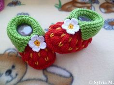 Knitting Tutorials – Knitting pattern, -strawberry- approx 3 inches – a unique product by schuhgott on DaWanda Crochet Baby Shoes, Crochet Baby Booties, Crochet Slippers, Knit Or Crochet, Crochet Hats, Crochet Double, Knitting For Kids, Knitting Projects, Baby Knitting