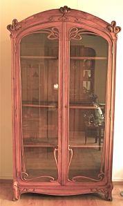 Une extraordinaire vitrine bibliothèque (250 cm x 130 cm x 46 cm) dans le plus pur style de l'art nouveau belge ou français.