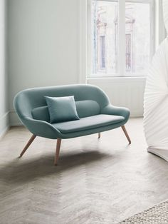 A modern, Nordic expression meets 1950s classic design. The design group Busetti Garuti Redaelli has created the Philippa sofa with a sleek, organic form that makes it an elegant and comfortable choice for your living room or entrance hall. #elegant #retro #officedesign #officefurniture #interiordesign Organic Form, Organic Shapes, Elegant Sofa, Retro Sofa, 2 Seater Sofa, Entrance Hall, Office Furniture, Sofas, Love Seat