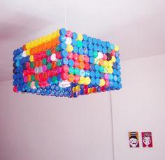 lampara con tapitas de botellas lustre com tampas de garrafa pet