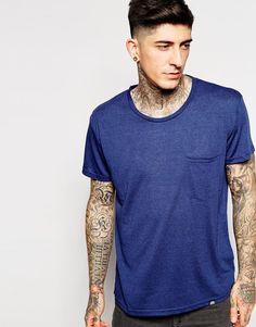 T-Shirt von Cheap Monday Jersey mit Flammenstruktur Rundhalsausschnitt Brusttasche lockerer Sitz Maschinenwäsche 85% Polyester, 15% Leinen Unser Model trägt Größe M und ist 185,5 cm/6 Fuß, 1 Zoll groß
