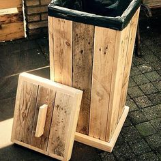 Projects Projects diy Projects easy Projects for kids Projects furniture Projects garden Projects outdoor Projects signs Pallet Projects Trash cankitchen trashtrash containerrustic trash Diy Pallet Sofa, Wooden Pallet Projects, Diy Pallet Furniture, Pallet Ideas, Furniture Projects, Recycled Pallets, Wooden Pallets, Wooden Diy, Pallet Wood