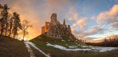 #praveslovenske Hrušovský hrad - Niekoľko kilometrov severne od Topoľčianok v pohorí Tribeč na západe Slovenska sa nachádza zrúcanina hradu Hrušov. Vypína sa na vrchu Skalka vo výške 488 m. Tento kráľovský hrad postavili v 13. storočí aby strážil obchodnú cestu prechádzajúcu cez Tribeč. V polovici 14. storočia hrad často menil majiteľov. V rokoch 1321 až 1344 patril rodine Levických neskôr sa stal kráľovským majetkom. Roku 1347 kráľ Ľudovít Veľký daroval Hrušov synovi župana Julia z…