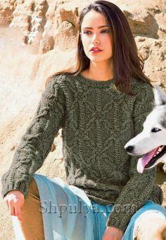 Коричневый свитер с арановым узором