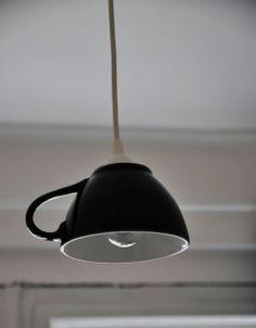 Šálkový lustr Jednoduché osvětlení do domácnosti, kavárny, nad stůl či do kuchyně... I Takto může trochu neobyčejně posloužit hezký šálek. Zalijte svůj interiér světlem z Šálkového lustru...  Obsah balení - stínidlo - (šálek), elektroinstalace. Rozměry - Průměr šálku: 13,5 cm, výška: 9 cm... Barva - tmavě modrá - viz foto  Lampa je závěsná, délka ...