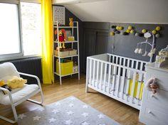Une chambre de bébé jaune et grise