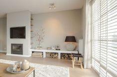 witte houten #jaloezieen voor in de woonkamer. Modern interieur met houten jaloezieen