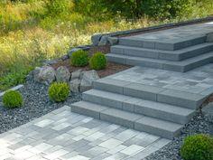 Treppengestaltung mit flair-Blockstufen in basalt-anthrazit und Podest bzw. Weg aus Cassetta-Pflastersteinen in grau-anthrazit-nuanciert, eingefasst mit Cityflair-Pflastersteinen ebenfalls in basalt anthrazit (Bild-Nr. 38873)