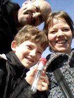 Onze allereerste geocache... meteen verslaafd! Als kinderen zo blij met onze 1e vondst. (Links lopen!, Ameland, 2-4-2011)