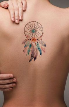 ▷ 1001 + Ideen und Bilder zum Thema Aquarell Tattoo und seine Bedeutung a dream catcher tattoo watercolor with many small and big pink, violet and blue feathers and with orange and purple flowers, a woman with a back tattoo watercolor Atrapasueños Tattoo, Arrow Tattoo, Tattoo Trend, Tattoo Motive, Piercing Tattoo, Back Tattoo, Piercings, Tattoo Aquarelle, Watercolor Lion Tattoo