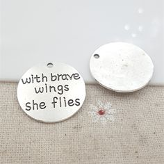 "50pcs/lot 25MM Antiqued Silver Plated Letter Charms Tags ""With Brave Wings She Flies"" for Diy Necklaces Jewelry Making"