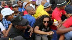 В ЮАР требуют бесплатного обучения http://arenanews.com.ua/mir/5032-v-yuar-trebuyut-besplatnogo-obucheniya.html  Южно-Африканскую Республику захлестнула волна протестов молодежи, студентов и школьников. Подобные действия связаны с тем, что власть несколько лет подряд обещает ввести бесплатное высшее образование в стране, но вместо этого в 2014-2016 годах стоимость услуги только увеличивалась. Таким образом, большая часть молодежи вынуждена уезжать из страны в Европу или США для возможности…