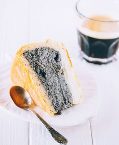 Deep dish poppy seed cake with a delicate cream mousse. So delicious that you won't resist an extra piece. Check it now or save for later Sweet Recipes, Cake Recipes, Dessert Recipes, Sweets Cake, Cupcake Cakes, Poppy Seed Recipes, Poppy Seed Cake, Sour Cream Cake, Deep Dish
