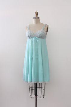 Schattig bleke blauwe lingerie uit de vroege jaren 1960.  Label: geen  Maten…