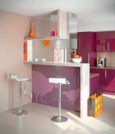 Cozinha americana pequena, onde parte da parede entre a sala e a cozinha foi remodelada para dar lugar ao conceito de integração.