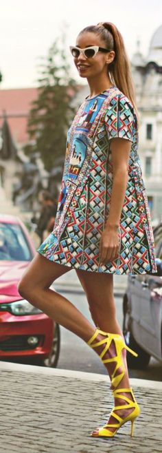 Spring style | Retro patterned mini skirt, yellow shoes and a ponytail