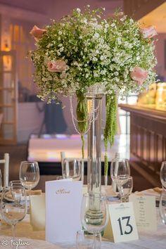 Lindo y elegante luce este centro de mesa de doble altura, hecho de puras nubes y rosas de color rosa sin duda muy romántico ideal para un evento vintage o rustico. , desde Feztiva.com