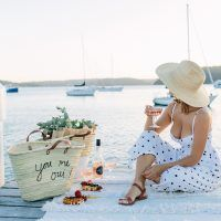 Achieve the perfect picnic look with this chic embroidered picnic bag DIY! Simple Sandals, Picnic Bag, French Chic, Dream Decor, Print And Cut, Perfect Party, Beach Themes, Have Fun, Bags