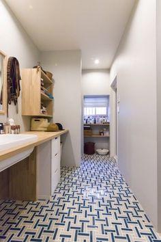 タイルの貼り方がおもしろい。「規則性はあるのですが、見ていて飽きないように、設計用ソフトを使ってプランを考えました」 Alcove Bathtub, Home, Basement Transformations, Sweet Home, House, Bathroom