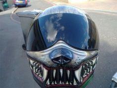 Todo buen motorista necesita un buen casco. Ya sabes, la seguridad es lo primero, aunque quizá lo segundo podría ser un creativo diseño para convertir tu casco normal y corriente en un impresionante casco personalizado.  Si eres de los que ama los diseños personalizados y las motos, es probable qu