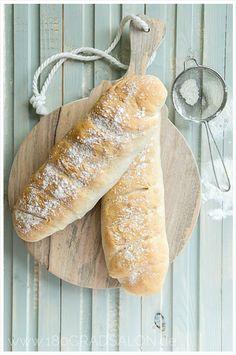 Das schnellste Rezept für ein frisches Baguette 15 min gehzeit 350 ml lauwarmes Wasser 1 Würfel Hefe (40g) 500 g Mehl 30 ml Sonnenblumenöl 1 Prise Zucker 1 1/2 TL Salz