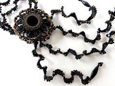ひらひらブラックのブローチ付きネックレス