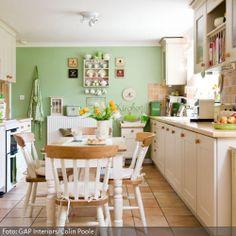 Naturfarben wie Sand, Grün, Weiß und Gelb lassen sich wunderbar miteinander kombinieren. Die Steinfliesen in Naturoptik und die grüne Wandfarbe ergänzen sich…