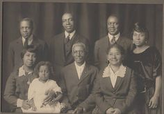 VINTAGE AFRICAN AMERICAN BLACK FAMILY GROUP PICTURE @1950 TOPEKA KANSAS