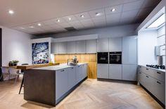Deze next125 design keuken is voorzien van kristalwitte hoogglans fronten. De NX 501 is leverbaar in 9 kleuren, variërend van polariswit tot indigoblauw.