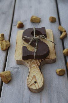 Chocolade letter met Sinterklaas kado geven op een Pimenta Loreti Little Serveerplank. www.pimentaloreti.nl