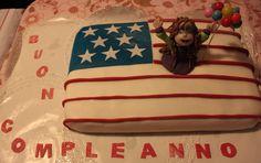Torta di compleanno, la decorazione è stata realizzata con pasta di zucchero. Il suo interno è composto da Pan di Spagna, crema al pistacchio e bagna al rum.