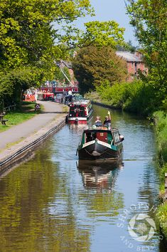 Canal boats on the Llangollen Canal at Ellesmere Wharf, Shropshire, England. Canal Boats England, Canal Boat Narrowboat, Canal Boat Interior, Great Places, Places To Go, Narrowboat Interiors, Boat Design, Camping Hacks, Great Britain