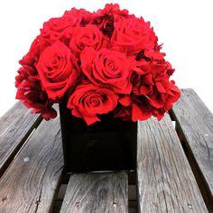 Centro de mesa con rosas rojas y hortensias. www.martamoore.com