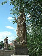 Puppenbrücke-Es gibt Lübecker, die behaupten, das blanke Hinterteil Merkurs richte sich in Wirklichkeit gegen die Holsteiner. 1907 wurde die Brücke erweitert um dem erhöhten Verkehrsaufkommen gerecht zu werden. Die Puppen blieben in ihrer Anordnung dabei erhalten. Heute stehen auf der Puppenbrücke nicht mehr die Originale aus Sandstein, sondern Nachbildungen aus Kunststein. Die Originale wurden zum Schutz vor schädlichen Umwelteinflüssen in das St. - Annen - Museum gebracht.