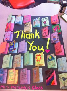 A cute way to say thank you to a classroom visitor, room mother, secretary etc. students write letters on the folded index cards then glue them to poster board. Teacher Gifts From Class, Teacher Thank You Cards, Letter To Teacher, Teacher Appreciation Week, Thank You For Teachers, School Secretary Gifts, Thank You Poster, Classroom Volunteer, Leaving Gifts