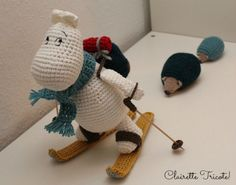 SC Moomin aux sports d'hiver! /Moomin goes skiing! Crochet Amigurumi, Amigurumi Doll, Crochet Toys, Knit Crochet, Les Moomins, Crochet Mignon, Tiny Dolls, Freeform Crochet, Knitted Dolls