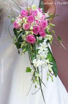 Ramo de novia de rosas en color fucsia y orquídeas dendrobium blancas en cascada