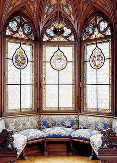 Oriel in the bedroom; stained glass windows with the Wittelsbach, Bavarian and Schwangau coats of arms, upholstery embroidered with crowns, lions, swans and lilies.   In Neuschwanstein the late romantic concept of restoration, which makes a further appearance in 1883 in Ludwig's plans for Falkenstein Castle, is combined with the idea of a new castle of the swan knight Lohengrin. The knight's heral... مشاهدة المزيد