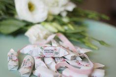 Cukrówki z imionami państwa młodych, datą ślubu i motywem przewodnim wesela ucieszą każdego gościa - małego i dużego. http://www.cukrowki.pl/kategoria/krowka-weselna