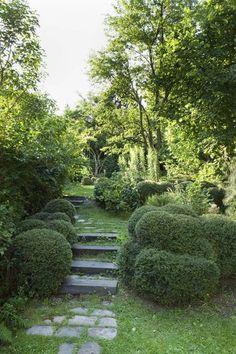 Un cheminement intimiste dans ce jardin tout en longueur. Plus de photos sur Côté Maison http://petitlien.fr/7etc