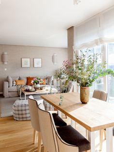 """Este proyecto es un claro ejemplo de la expresión """"a medida"""". En el salón, la mesa, las tapicerías y los apliques están diseñados con las mismas tonalidades. La librería es una mezcla de mueble de carpintería y de obra que se adapta perfectamente a gustos y funcionalidad de los propietarios. Decoración interiorismo en Vizcaya. Dining Bench, Sweet Home, Living Room, Furniture, Home Decor, Ideal House, Interior Decorating, Table And Chairs, Dining Table"""