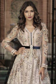CAFTAN EN EXTÉRIEUR Oriental Dress, Oriental Fashion, Indian Fashion, Kaftan Moroccan, Morrocan Dress, Beautiful Costumes, Beautiful Dresses, Caftan Dress, Mode Style